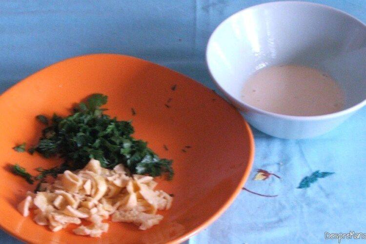 Verdeata tocata marunt si fasii de ompleta pentru ciorba de salata cu perisoare si omleta.