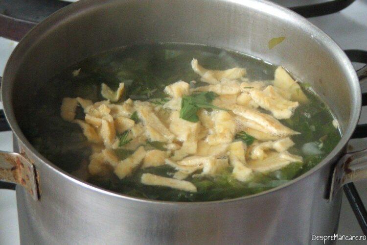 Adaugare omleta taiata fasii in ciorba de salata cu perisoare si omleta.