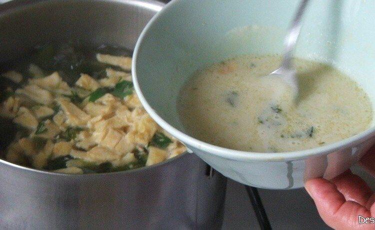 """""""Dregere"""" ciorba de salata cu perisoare si omleta cu ou batut cu iaurt."""