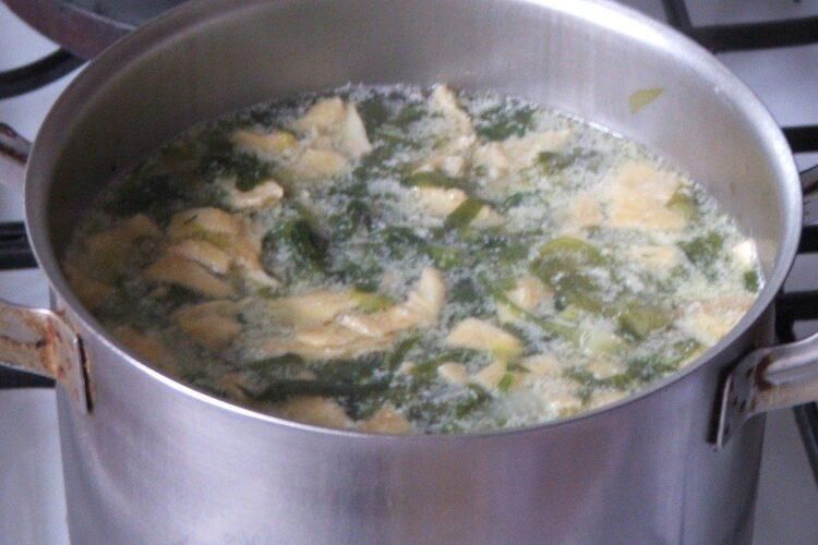 In ciorba de salata cu perisoare si omleta s-a adaugat si oul batut cu iaurt..
