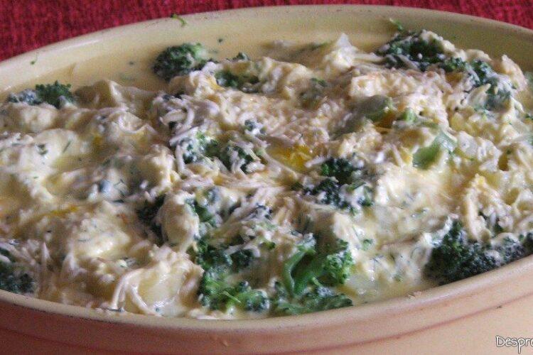 Sufleu de brocoli si cartofi - preparatul este pregatit pentru coacere.