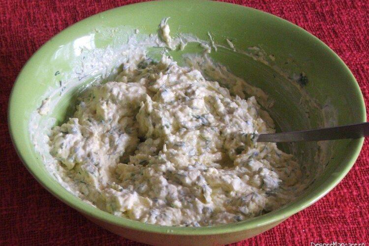 Amestec de smantana grasa si branza dulce de vaca, telemea de vaca/ oaie pentru sufleu de cartofi si brocoli.