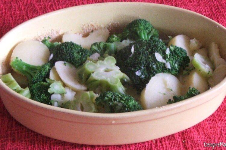 Legume fierte adaugate in vasul de coacere pentru sufleu de brocoli si cartofi.