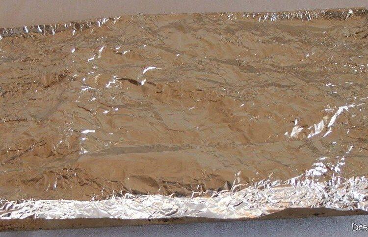 Coasta de purcel la tava, gata coapta, acoperita cu foaie de staniol pentru omogenizare gusturi.