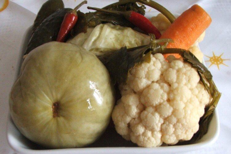 Muraturi taranesti servite la paste conchiglioni giganti umplute cu carne tocata in sos de rosii.