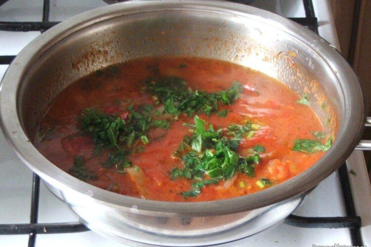 Sosul de rosii si ardei pentru paste scoici conchiglioni giganti cu carne tocata in sos de rosii este gata.
