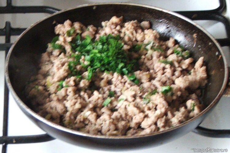 Adaugare verdeata in carnea tocata calita pentru paste scoici conchiglioni giganti cu carne tocata in sos de rosii.