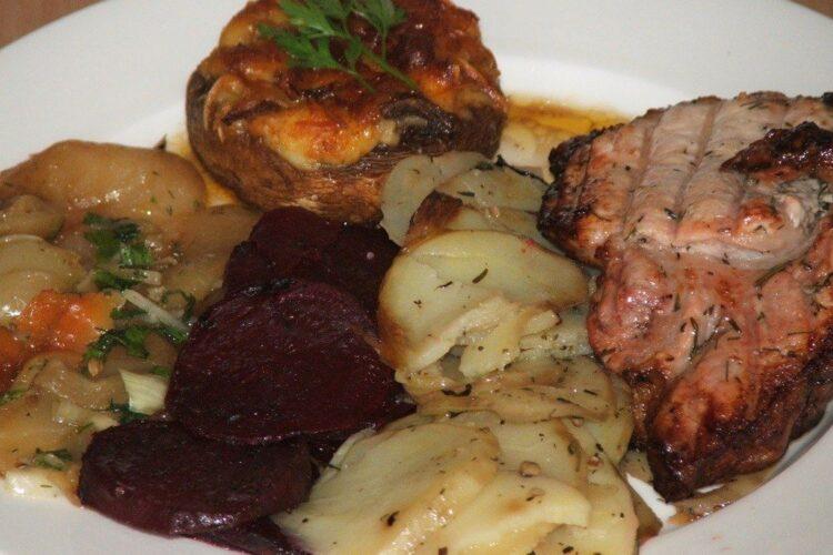 Pulpa de porc macerata si legume in folie, la gratar.