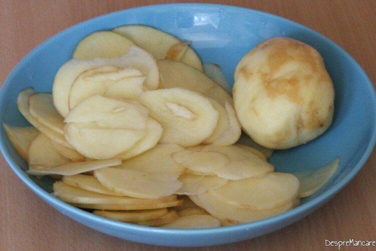 Cartofi curatati de coaja, dati pe razatoare pentru pulpa de porc macerata si legume in folie, la gratar.