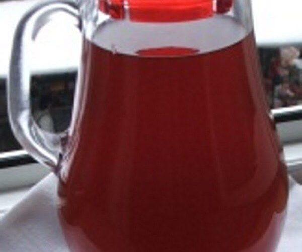 Vinul casei rosu, din struguri servit la coasta de purcel la tava.