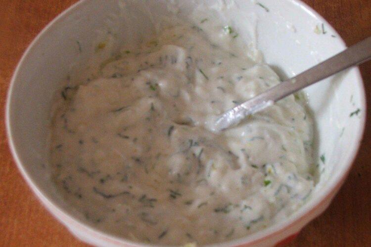 Mujdei de usturoi cu iaurt si verdeata pentru urechi de porc, afumate, fierte in zeama de varza.