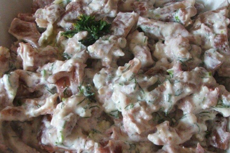 Urechi de porc, afumate, fierte in zeama de varza, servite cu mujdei de usturoi si iaurt.