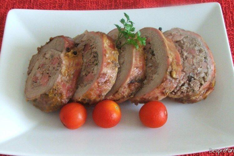 Servire rulada din pulpa de vitel cu carne tocata de porc si piept de porc ca aperitiv.