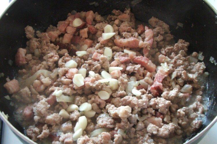 Calire carne tocata de porc pentru rulada din pulpa de vitel cu carne tocata de porc si piept de porc.
