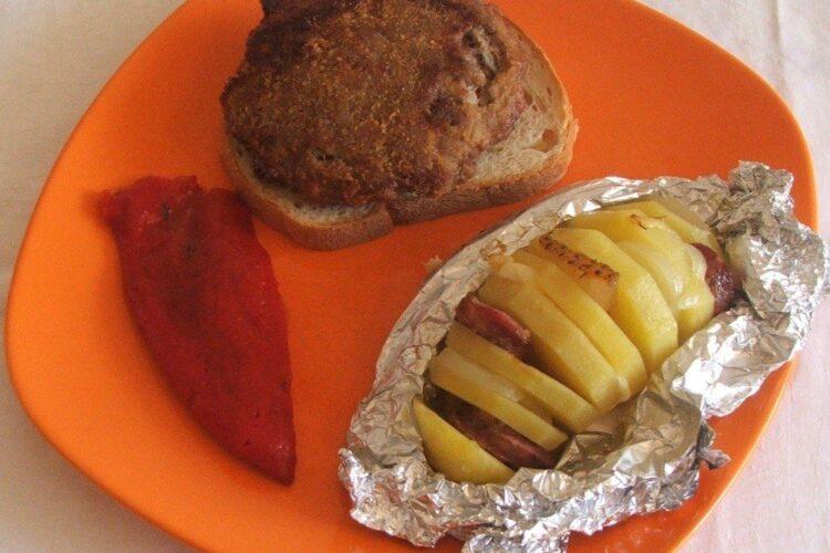 Hamburgheri de vitel cu cartofi impanati, la cuptor - preparatul este gata servit.