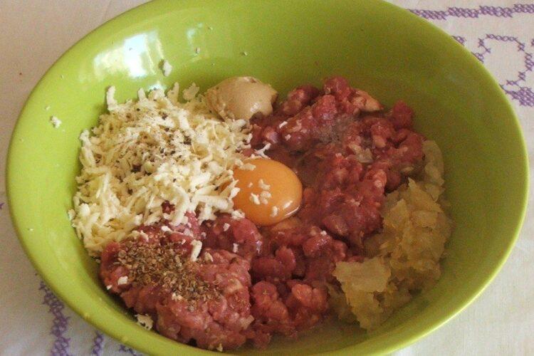 Ingrediente care se amesteca pentru pregatire hamburgheri.