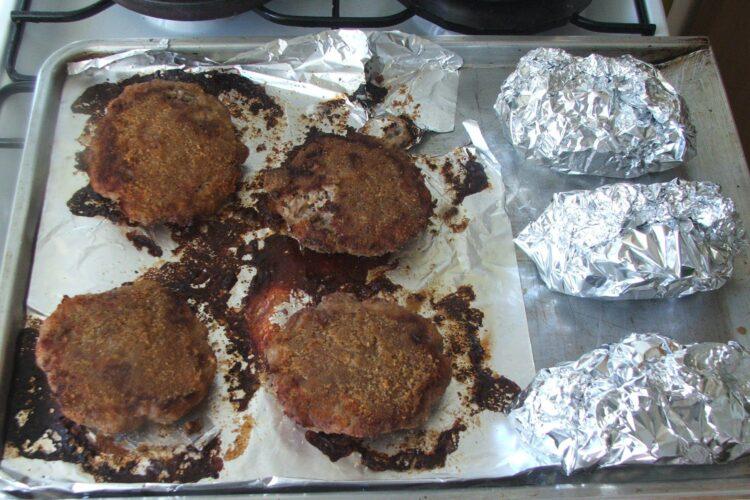 Hamburgheri de vitel cu cartofi impanati, la cuptor - preparatul este gata pregatit.