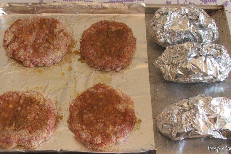 Hamburgheri cruzi si cartofi impanati pregatiti pentru coacere.