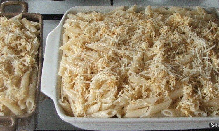 Macaroane cu carne, branza si cascaval - preparatul este pregatit pentru a fi introdus la coacere in cuptorul incins al aragazului.