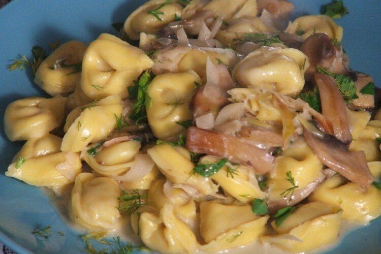 Tortelini umplute cu prosciuto in sos de praz, ciuperci si smantana.