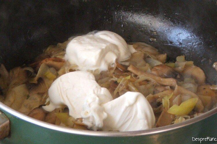 Adaugare smantana grasa in amestecul de ciuperci si praz, calite.