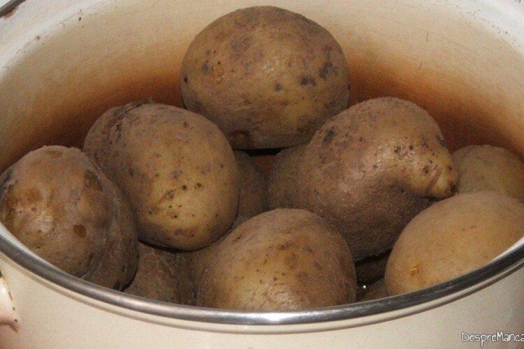 Cartofi fierti pentru antricot maturat de vita cu cartofi zdrobiti.