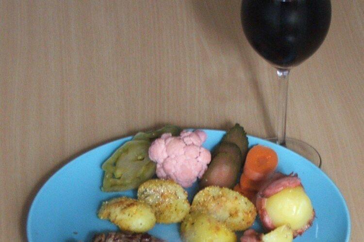 Antricot maturat de vita cu cartofi zdrobiti servit la masa cu un pahar de vin negru, sec.