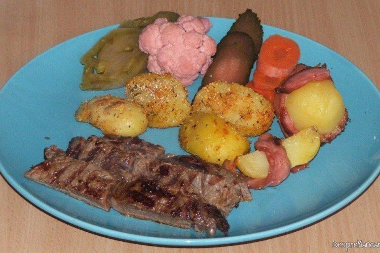 Antricot maturat de vita cu cartofi zdrobiti - preparatul este gata de servit.