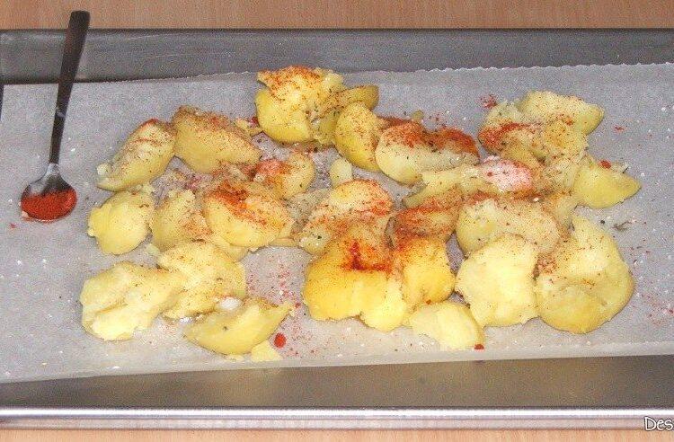 Cartofi fierti, zdrobiti grosier, pregatiti pentru introducere in cuptorul aragazului.