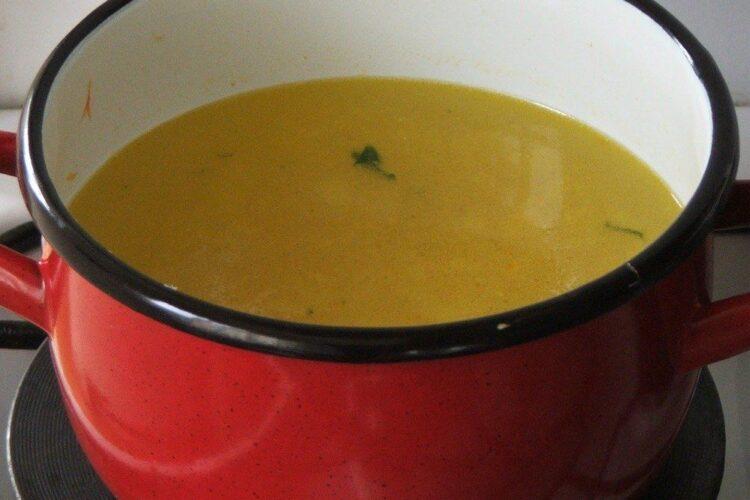 Fierbere legume calite in apa clocotita.