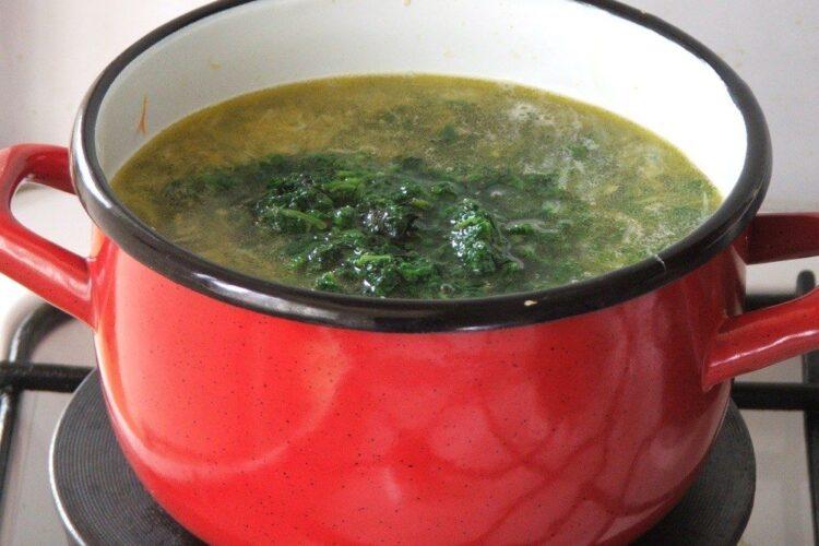 Adaugare urzici fierte, scurse si tocate in apa clocotita, cu legume calite.