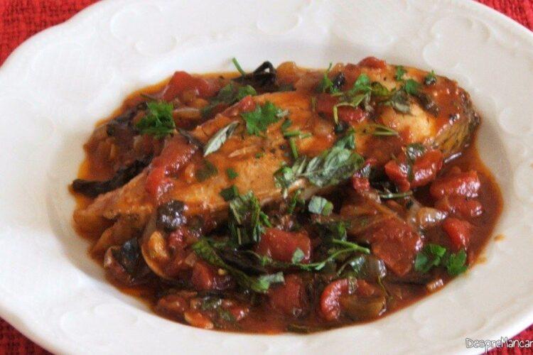 Cotlet de platica in sos de rosii, care se poate servi cald, cu mamaliga calda.