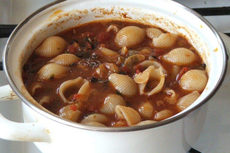 Paste fainoase fierte adaugate in sosul de rosii pentru cotlet de platica in sos de rosii, cu paste fainoase si creveti.