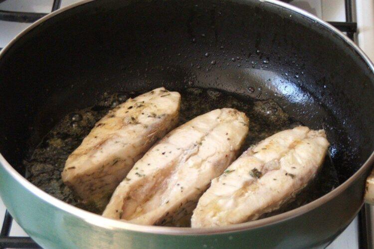 Prajire cotlete de platica in amestec de ulei de masline si unt proaspat.
