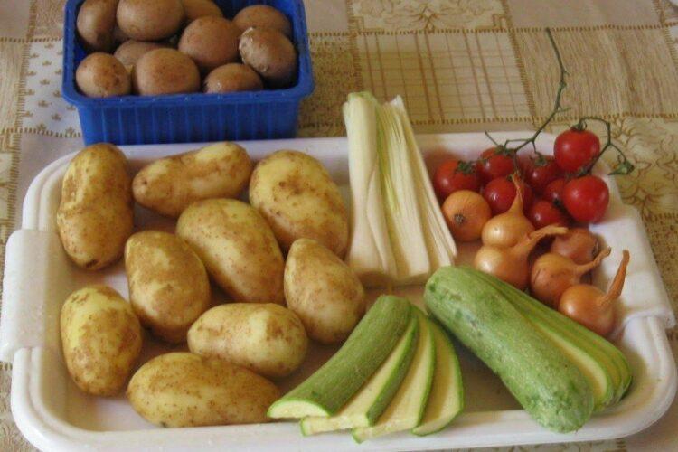 Pregatire legume si ciuperci pentru frigere pe gratar.