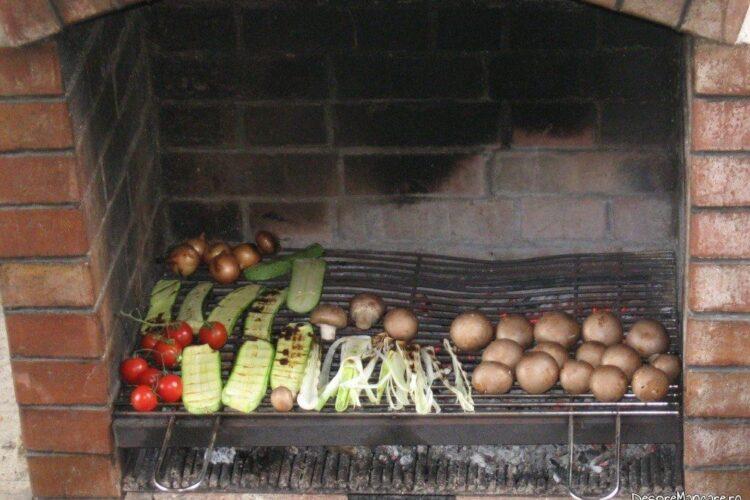 Frigere ciuperci intregi si legume, pe gratar.