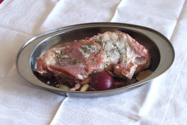 Antricot de la un miel mare (14-15 Kg) asezonat si pus intr-o tava cu legume, pregatit pentru coacere.