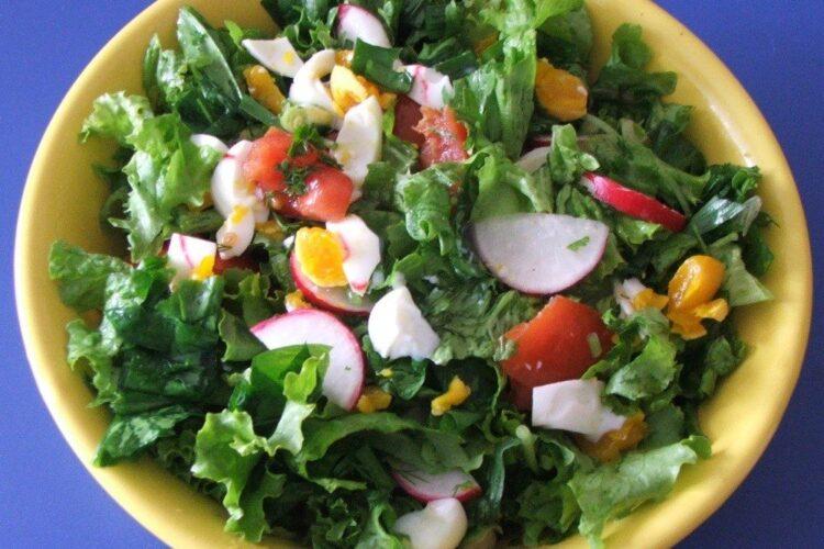 Salata verde cu leurda, ridichi si ou fiert servita la pulpa se ied cu cartofi si ciuperci la cuptor.