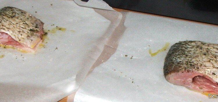 Pregatire bucati din trunchi de crap pentru frigere pe gratar.