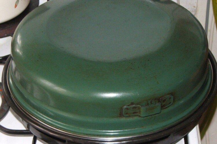 Frigere peste si cartofi la gratarul pus direct pe flacara aragazului, acoperit cu capacul.