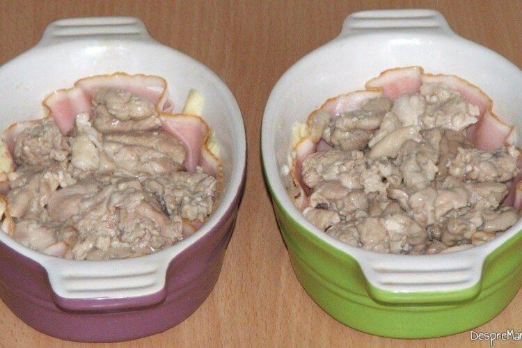 Asezare ingrediente in straturi, in vasele de copt pentru mic dejun copios, cu de toate.