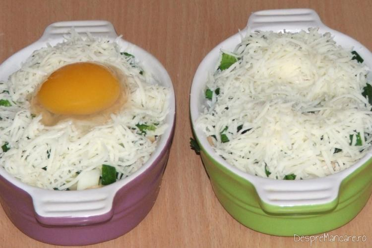Straturi de noi ingrediente puse in vasele de copt pentru mic dejun copios, cu de toate.