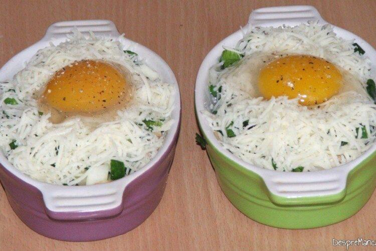 Asezonare oua cu sare grunjoasa si piper boabe proaspat macinat.