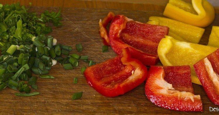 Bucati de ardei gras si verdeata tocata pentru muschiulet de porc cu legume si ciuperci la tigaie, in sos de smantana.