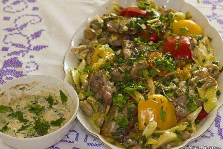 Muschiulet de porc cu legume si ciuperci la tigaie, in sos de smantana.