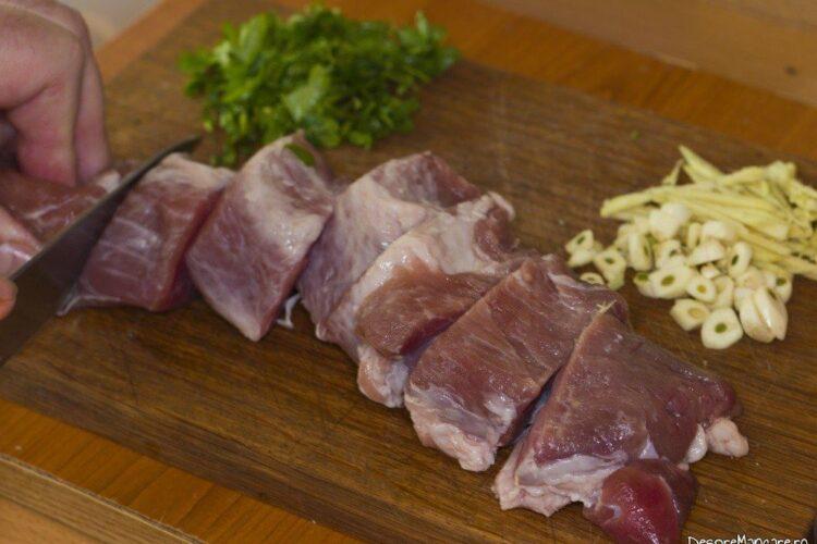 Felierea in bucati groase de 2 cm a muschiuletului de porc.