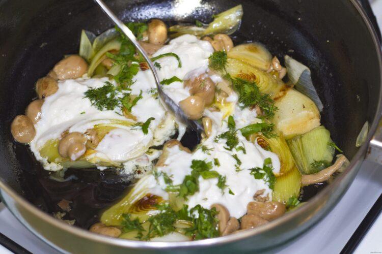 Pregatire sos de smantana, ciuperci si praz.