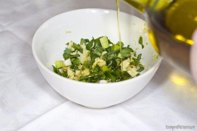 Amestecare usturoi uscat, usturoi verde si ulei de masline pentru mujdei de usturoi cu iaurt.