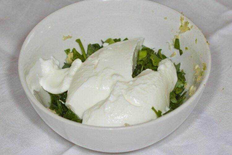 Adaugare iaurt in amestecul de usturoi si ulei de masline pentru pregatire mujdei.