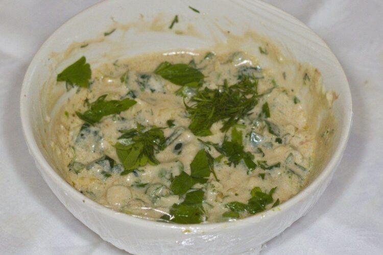 Mujdei de usturoi uscat si verde cu iaurt, gata pregatit.